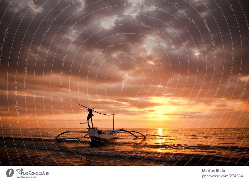 Freiheit Natur Wasser Wolken Gewitterwolken Horizont Sonnenaufgang Sonnenuntergang Sonnenlicht Schönes Wetter Unwetter Wellen Küste Seeufer Flussufer Strand