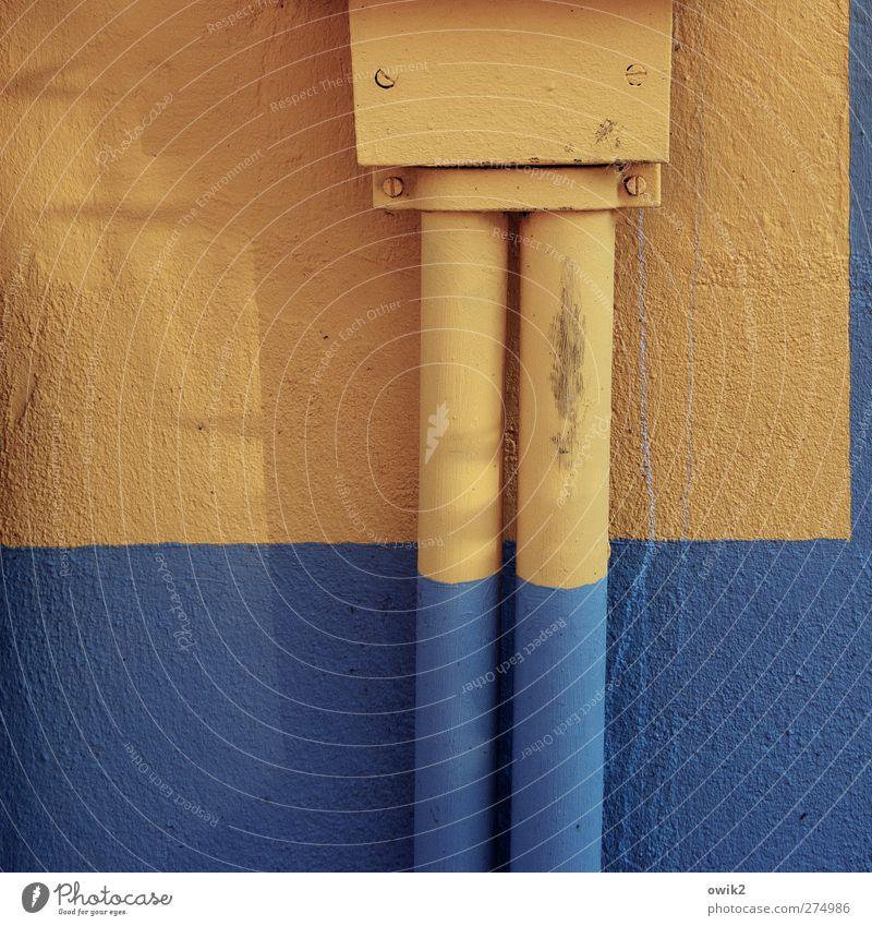 Blaue Socken Technik & Technologie Energiewirtschaft Stromtransport Schaltkasten Kabelschacht Mauer Wand Fassade verputzt eckig einfach nah unten blau orange