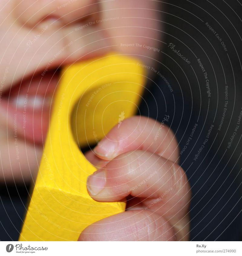 kindliche Neugier Mensch Kind Hand gelb Holz Kindheit Baby Mund Nase Finger lernen Abenteuer berühren Zähne Lippen