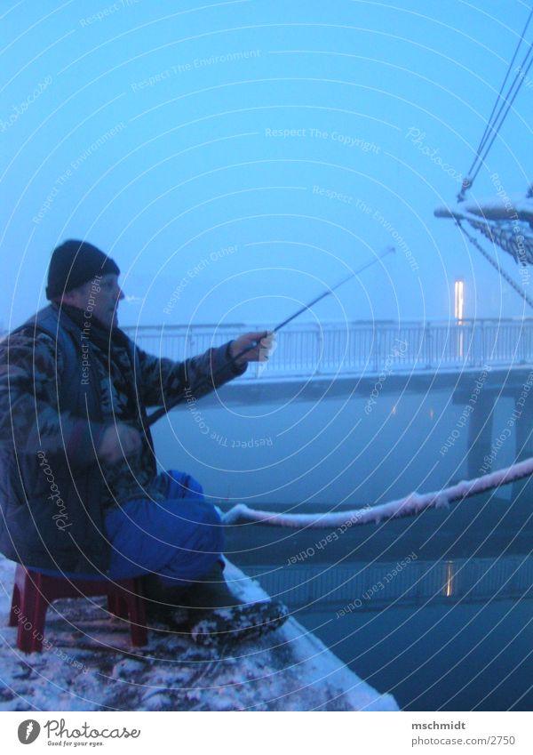 Butter bei die Fische Wasser Winter Schnee Nebel Brücke Schleswig-Holstein Angeln Fischer Lübeck Abwasserkanal Angler Angelrute Beruf
