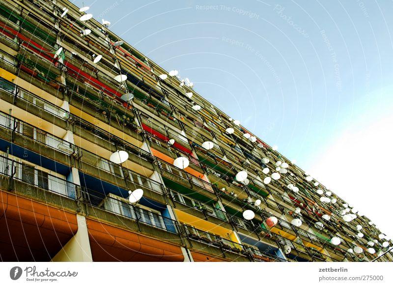 Schüsseln Stadt Einsamkeit Haus Wand Berlin Architektur Mauer Gebäude Fassade Hochhaus Telekommunikation Technik & Technologie Fernseher Fernsehen Sehnsucht