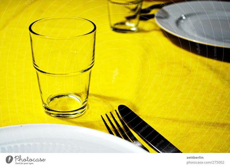 Mahlzeit Ernährung Frühstück Mittagessen Abendessen Trinkwasser Geschirr Teller Becher Glas Besteck Messer Gabel Häusliches Leben Wohnung Innenarchitektur Raum