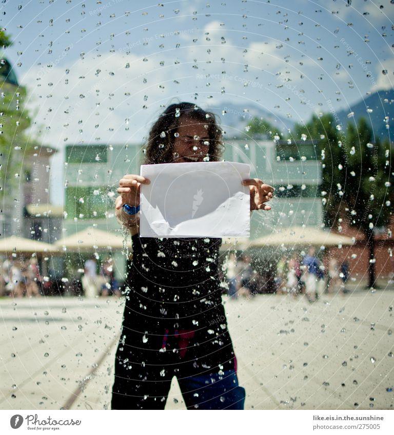 hier könnte ihre werbung stehen. Freude Frau Erwachsene 1 Mensch Wasser Wassertropfen Schönes Wetter Regen Stadt Platz Locken lachen einzigartig lustig verrückt