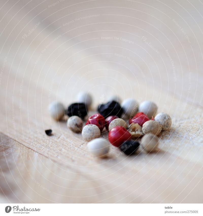 gepfeffert... weiß Pflanze rot schwarz Holz grau klein braun liegen Frucht natürlich Lebensmittel Ernährung Häusliches Leben Lifestyle Scharfer Geschmack