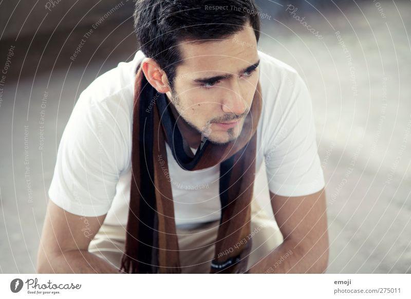 alles gut maskulin Junger Mann Jugendliche 1 Mensch 18-30 Jahre Erwachsene Mode T-Shirt Schal hoch Farbfoto Innenaufnahme Tag Schwache Tiefenschärfe Porträt