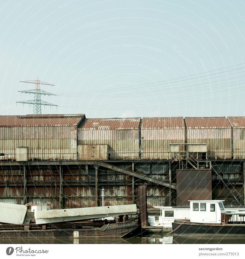 alternative lebensform. Wolkenloser Himmel Flussufer Fischerdorf Fabrik Ruine Bauwerk Gebäude Schifffahrt Fischerboot Hafen Stahl Rost Wasser blau braun