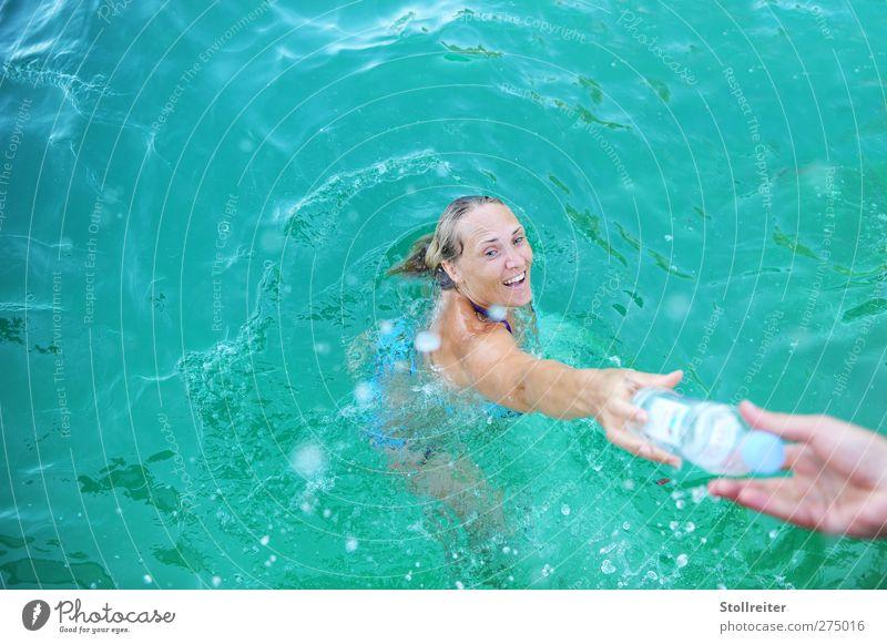 Die Flasche Frau Erwachsene 30-45 Jahre Sommer Wellen Schwimmbad blond langhaarig Lächeln lachen Schwimmen & Baden authentisch Fröhlichkeit Glück nass natürlich