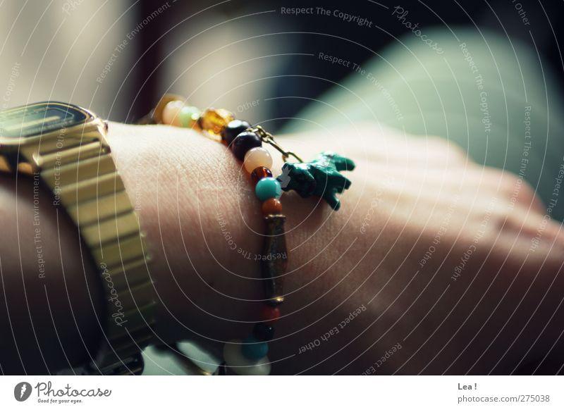 Hottehü feminin Hand 1 Mensch Accessoire Schmuck Armbanduhr sitzen mehrfarbig gold türkis Einsamkeit Erholung Farbfoto Innenaufnahme Tag Licht Sonnenlicht