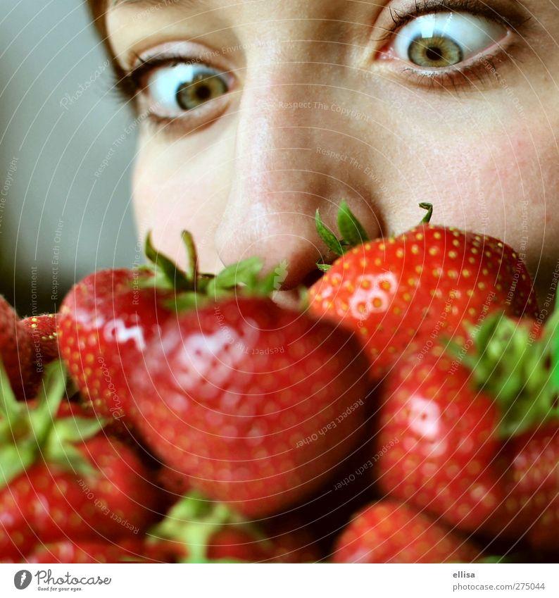 Erdbeerbart Frucht Essen Gesunde Ernährung feminin Junge Frau Jugendliche Auge Nase Fressen Neugier Erdbeeren Erdbeersorten grün rot Geruch Farbfoto