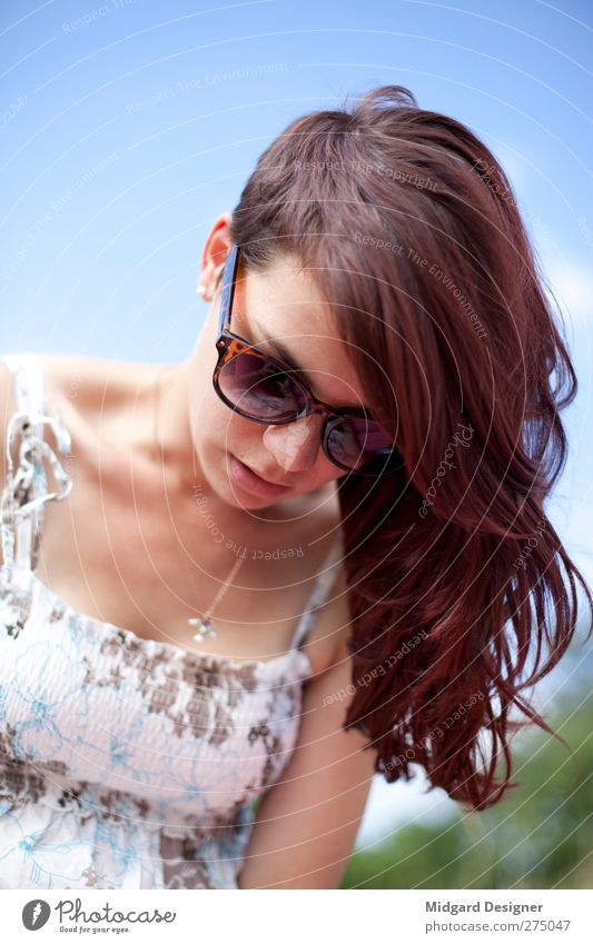 Schöne Asymmetrie | Laura Mensch feminin Junge Frau Jugendliche Haare & Frisuren 1 18-30 Jahre Erwachsene Kleid Schmuck Sonnenbrille rothaarig langhaarig hängen