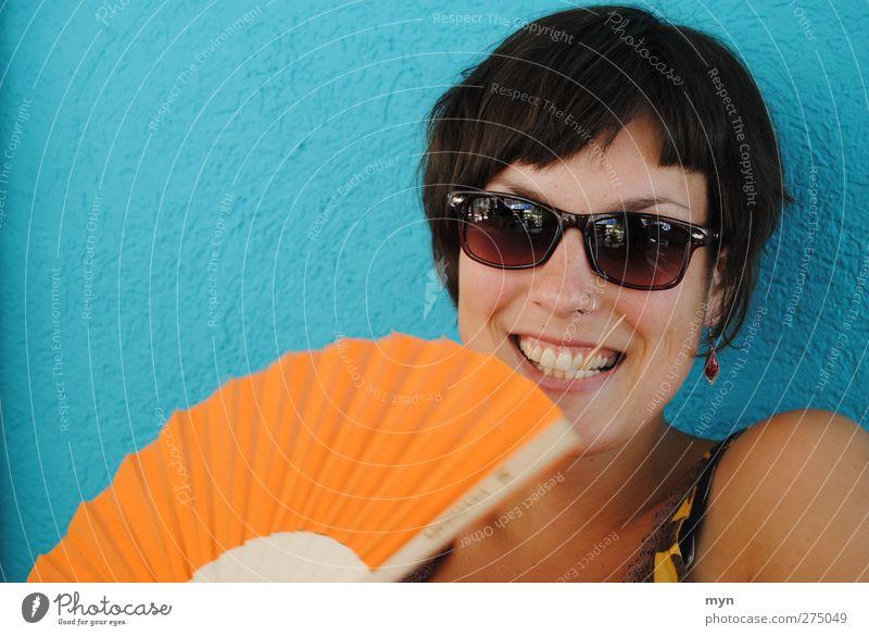 Sommer II Mensch feminin Junge Frau Jugendliche Erwachsene Gesicht 1 18-30 Jahre schön Fächer Sonnenbrille Zahnstocher Piercing Ohrringe hell-blau orange lachen