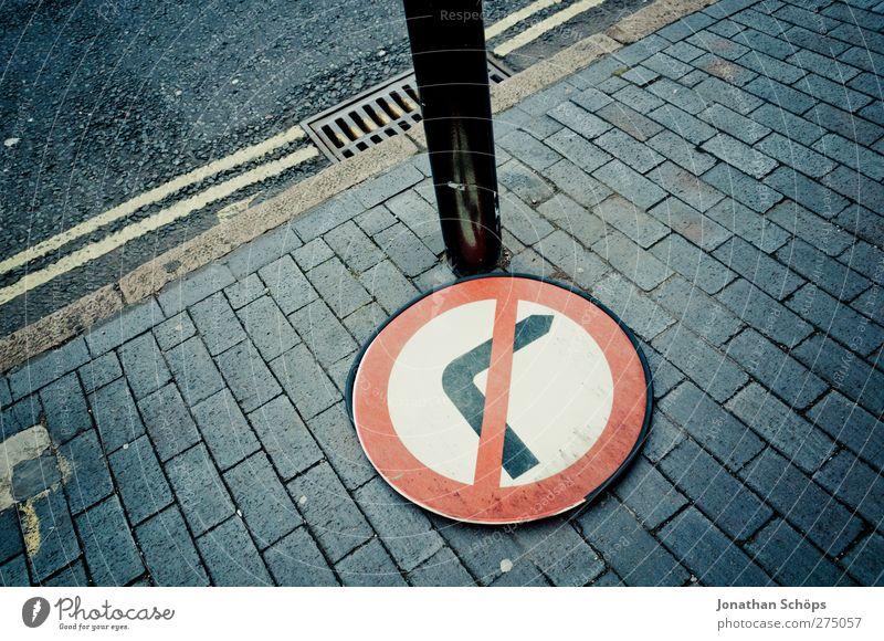 gegen Rechts Verkehr Straßenverkehr Fußgänger Verkehrszeichen Verkehrsschild Stadt Verbote Verbotsschild rechts abbiegen Bodenplatten Bürgersteig England