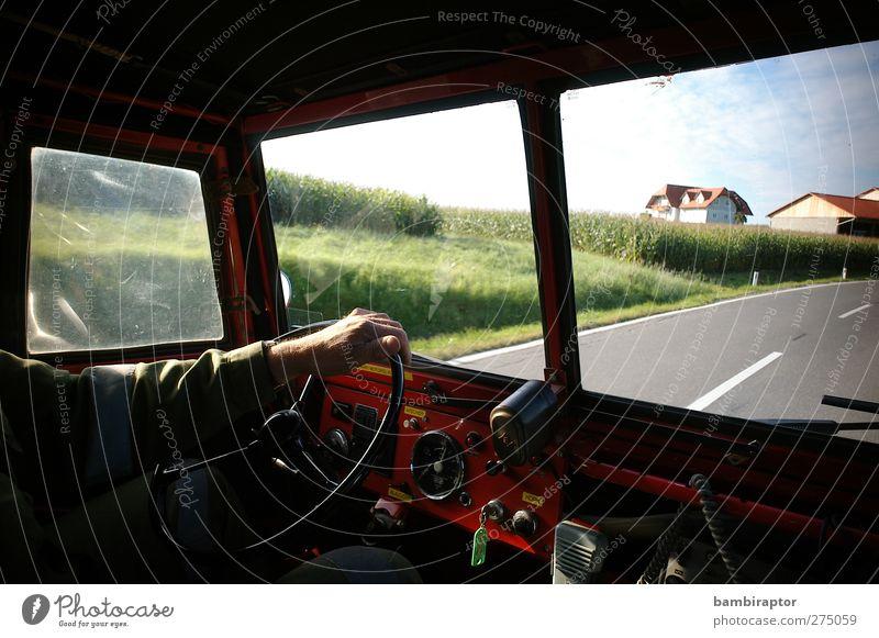on the road Mann Erwachsene Arme Hand 1 Mensch Verkehrsmittel Autofahren Straße Fahrzeug Oldtimer Feuerwehr Einsatz Armaturenbrett Lenkrad Scheibe Farbfoto