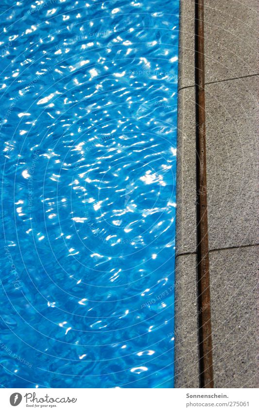 Meer sein blau Wasser Sommer ruhig Hintergrundbild Wellen Schwimmbad Wasseroberfläche hell-blau Freibad Wasserspiegelung Kräusel azurblau Beckenrand Fluchtlinie