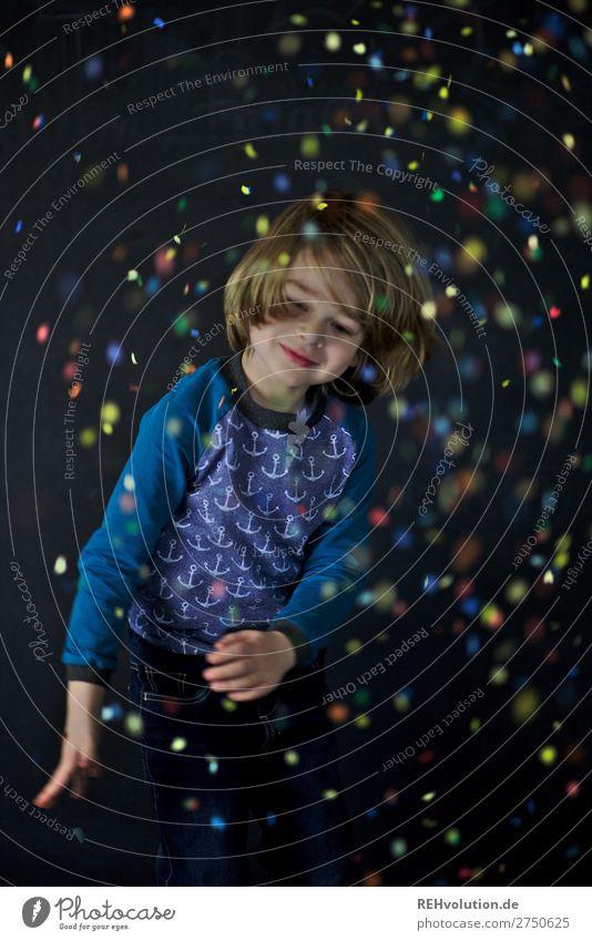 Kind wirft mit Konfetti Freizeit & Hobby Spielen Party Feste & Feiern Karneval Geburtstag Mensch maskulin Junge Kindheit 1 3-8 Jahre Lächeln werfen