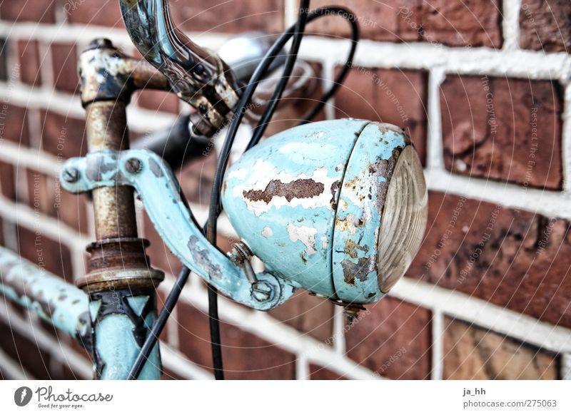 Fahrrad Lampe retro fahren türkis Rost Schmuck altehrwürdig Fahrradtour Reparatur Lack hell-blau Fahrradklingel Fahrradbremse Backsteinwand old-school