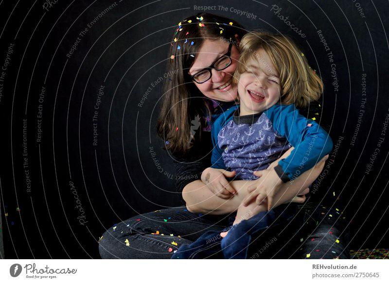 Mutter mit Sohn und Konfetti Frau Kind Mensch Freude schwarz Lifestyle Erwachsene natürlich lustig feminin Familie & Verwandtschaft lachen Glück Junge Spielen