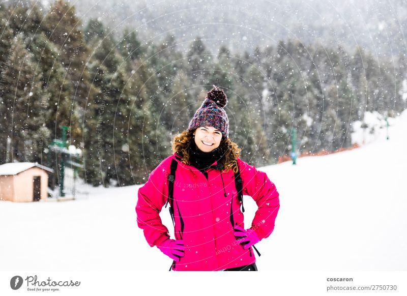 Frau Mensch Ferien & Urlaub & Reisen Natur Jugendliche alt schön weiß Landschaft rot Freude Wald Winter Berge u. Gebirge 18-30 Jahre Gesicht