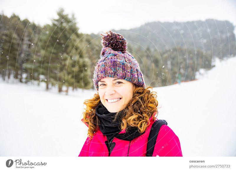 Frau Mensch Ferien & Urlaub & Reisen Natur schön weiß rot Baum Erholung Freude Wald Winter Berge u. Gebirge Gesicht Erwachsene kalt