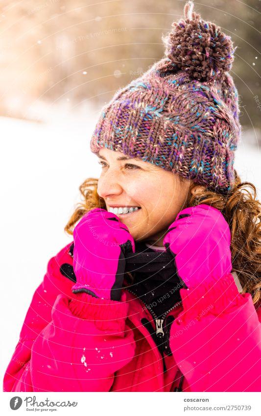 Porträt einer attraktiven Frau an einem verschneiten Tag Lifestyle elegant Design Freude Glück schön Gesicht Leben Winter Schnee Winterurlaub Muttertag Mensch