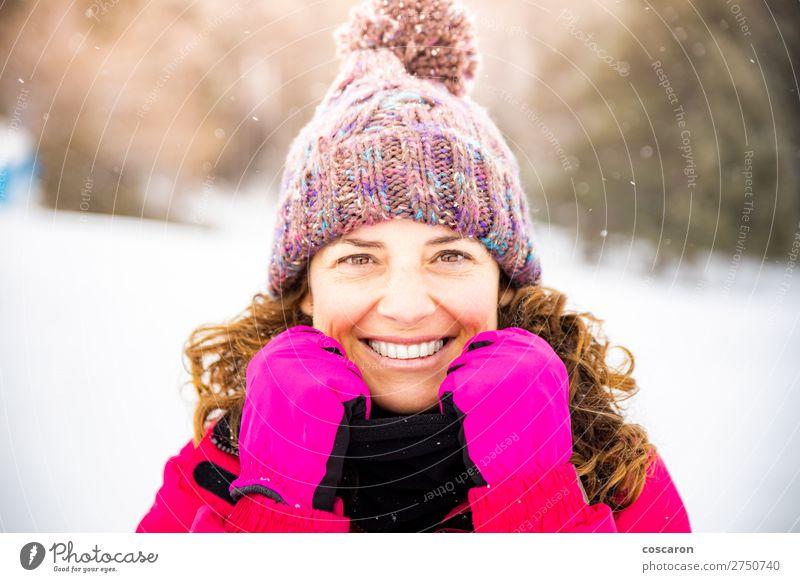Porträt einer attraktiven Frau an einem verschneiten Tag Lifestyle elegant Stil Freude Glück schön Gesicht Leben Winter Schnee Winterurlaub Mensch Erwachsene