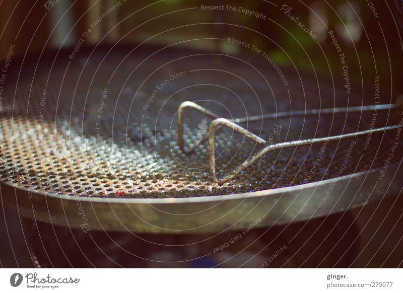 Warten auf Grillwetter Lifestyle braun silber Grillrost Zange leer Biegung Oxidation Loch Dreieck Stahl Stahlkonstruktion Edelstahl rostfrei Ecke rund dreckig