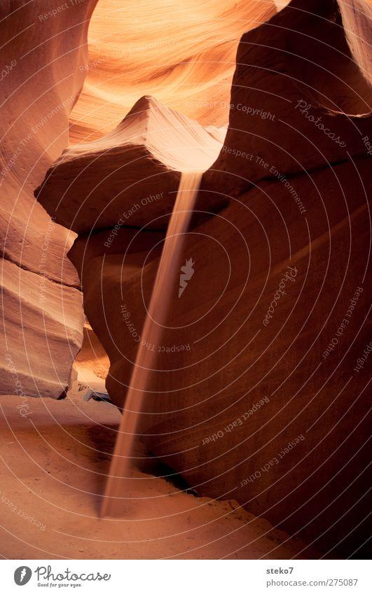wüstenfall Felsen Schlucht Wüste gelb orange rot fließen Sand Sandstein verwaschen Antelope Canyon Wärme Farbfoto Außenaufnahme Textfreiraum links