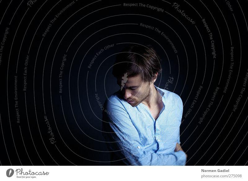 sensitive Mensch Jugendliche blau schön ruhig schwarz Erwachsene Gesicht Erholung dunkel Leben Gefühle Kopf Traurigkeit träumen Junger Mann
