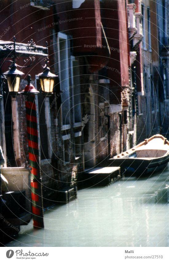 Venedigs Seitenstraßen Wasserfahrzeug Gegenlicht Laterne Haus Europa Motorboot Menschenleer Gracht historisch alt Historische Bauten Altstadt Bildausschnitt