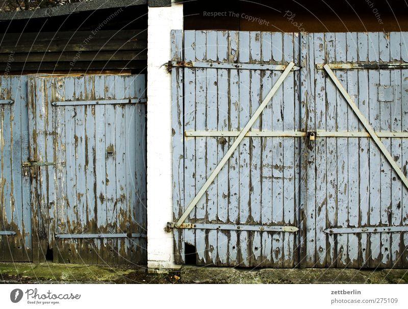 Tor mit Z Dorf Kleinstadt Stadt Altstadt Haus Bauwerk Gebäude Architektur alt grau Autotür geschlossen Garagentor Scheune Schloss Farbfoto Gedeckte Farben