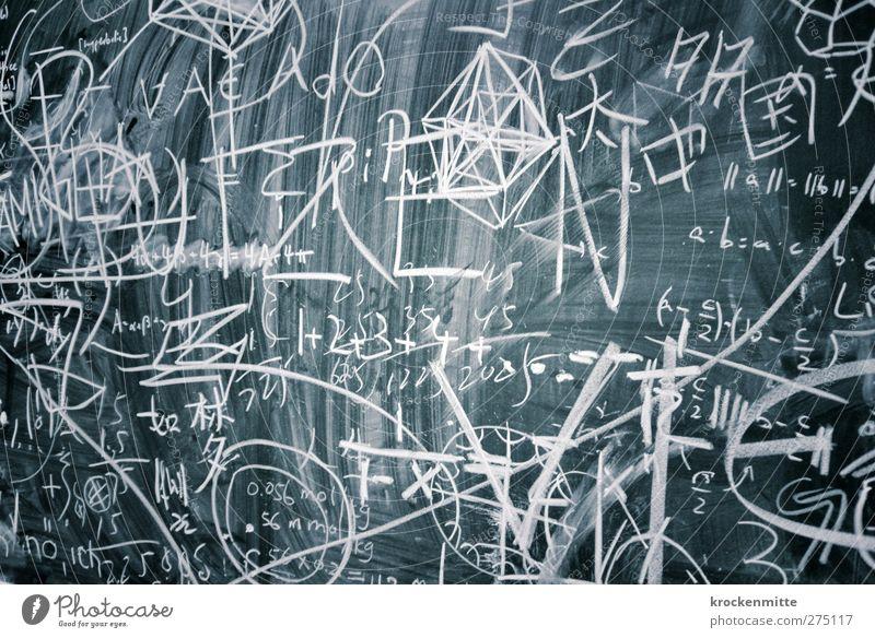 Geniestreich Bildung Schule lernen Schulgebäude Klassenraum Tafel Berufsausbildung Studium Hörsaal Labor wild schwarz weiß klug Formel Mathematik rechnen Kreide