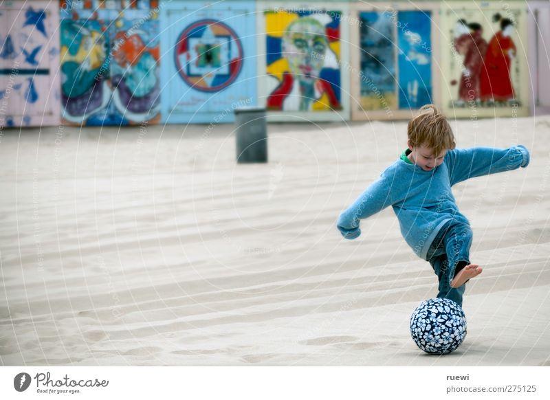 Kick it like Daddy Mensch Kind Ferien & Urlaub & Reisen Freude Strand Sport Spielen Bewegung Junge Sand Kindheit Freizeit & Hobby Fußball Kindheitserinnerung