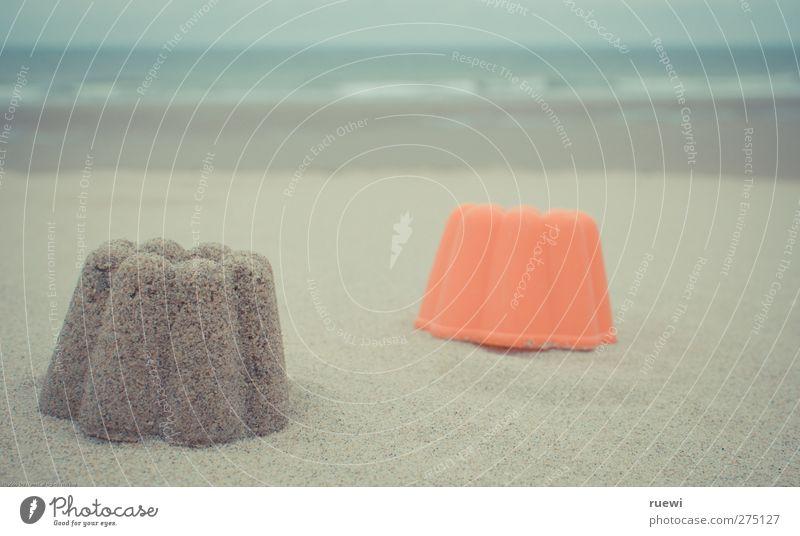 Sommer, damals... Sandkuchen Spielen Sommerurlaub Strand Meer Wellen Kindheit Natur Landschaft Wasser Nordsee Sandstrand Spielzeug Förmchen Kunststoff orange