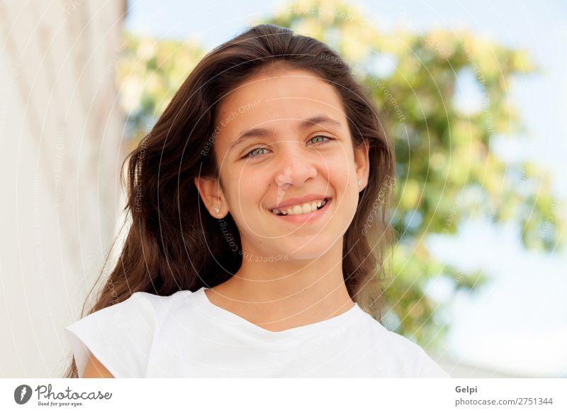 Teenagermädchen mit blauen Augen lächelnd Lifestyle elegant Glück schön Gesicht Sommer Mensch Frau Erwachsene Jugendliche Baum Park Mode brünett Lächeln lang