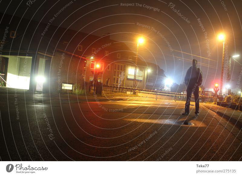 Nachtlichtermann Mensch Jugendliche Stadt schön Einsamkeit Erwachsene Straße Gefühle Architektur Gebäude Stimmung Junger Mann 18-30 Jahre maskulin modern