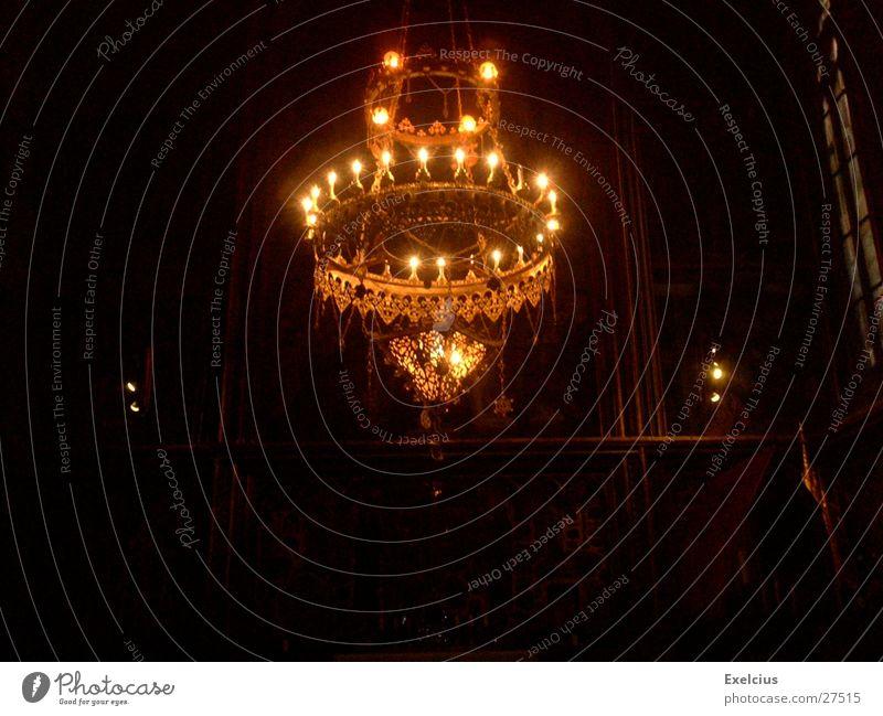 Ein Licht im Dunkeln dunkel Religion & Glaube geheimnisvoll Ausstellung Prag Kronleuchter Rarität