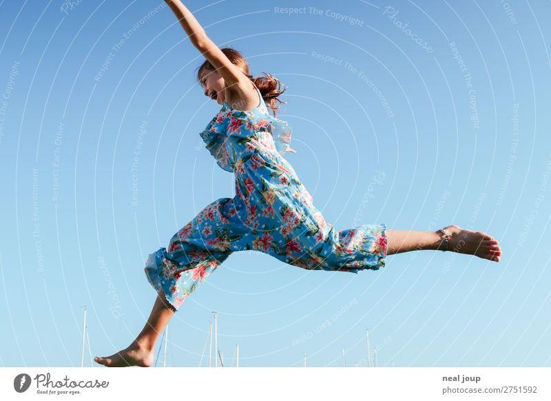 Junges Mädchen in Jumpsuit mit Blumenmuster springt vor blauem Himmel nach links sportlich Spielen feminin 1 Mensch 8-13 Jahre Kind Kindheit Wolkenloser Himmel