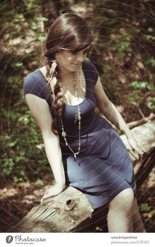 das zu wissen feminin Junge Frau Jugendliche Erwachsene 1 Mensch 18-30 Jahre Natur Baum Baumstamm Wald Mode Kleid Accessoire Schmuck brünett langhaarig Zopf