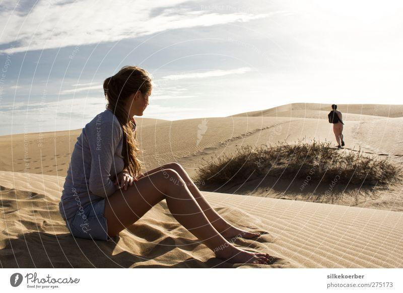 Rucksack und Sandalen Mensch maskulin feminin Junge Frau Jugendliche Mann Erwachsene Körper Gesäß Beine 2 18-30 Jahre Himmel Wüste authentisch lustig nackt