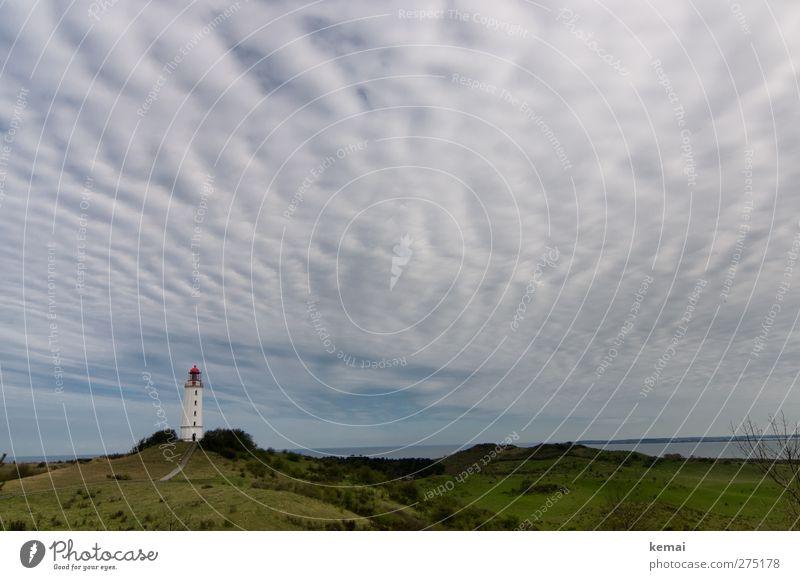 Hiddensee | Wellenhimmel und ein Turm Umwelt Natur Landschaft Himmel Wolken Frühling Gras Hügel Ostsee Meer Insel Leuchtturm Bauwerk Gebäude grün ruhig