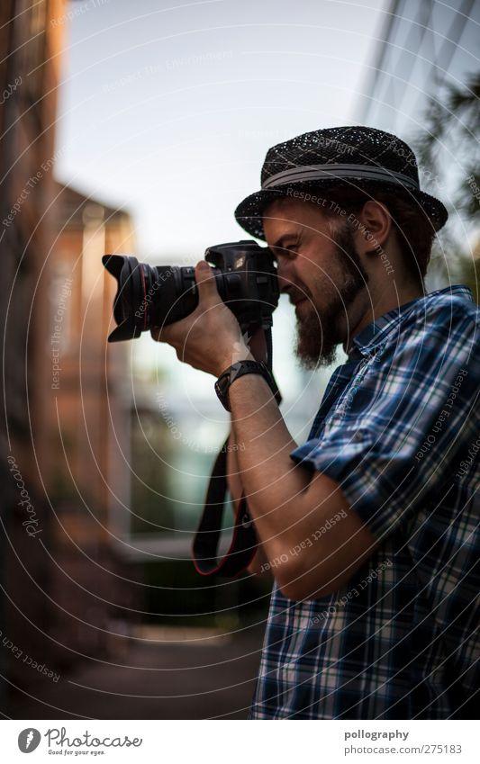 Vorsicht!!! Hier wird scharf geschossen! Mensch maskulin Junger Mann Jugendliche Erwachsene 1 18-30 Jahre Stadt Haus Bauwerk Hemd Hut Bart Vollbart festhalten