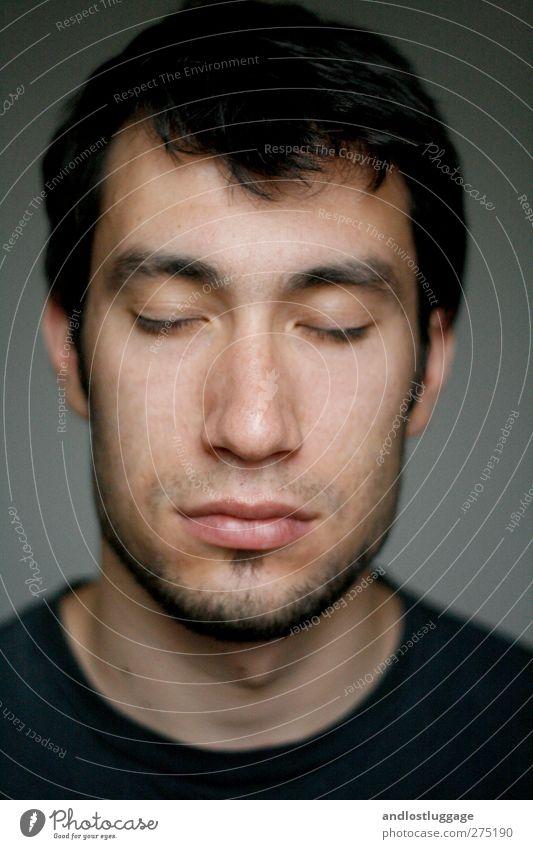 nicolas träumt. Mensch Jugendliche schön Erholung Junger Mann ruhig 18-30 Jahre schwarz Gesicht Erwachsene Liebe Gefühle natürlich grau träumen maskulin