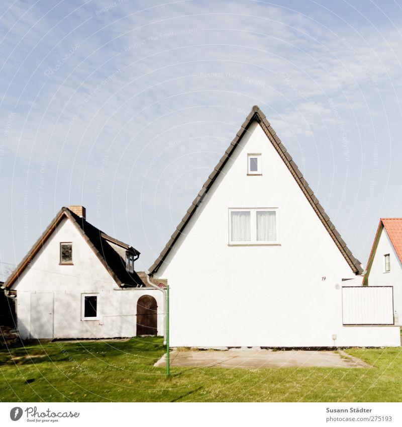 Hiddensee | Leuchthaus Dorf Kleinstadt Haus Einfamilienhaus Häusliches Leben Hinterhof Wäscheständer Giebelseite Hausmauer Garten Terrasse Farbfoto Menschenleer
