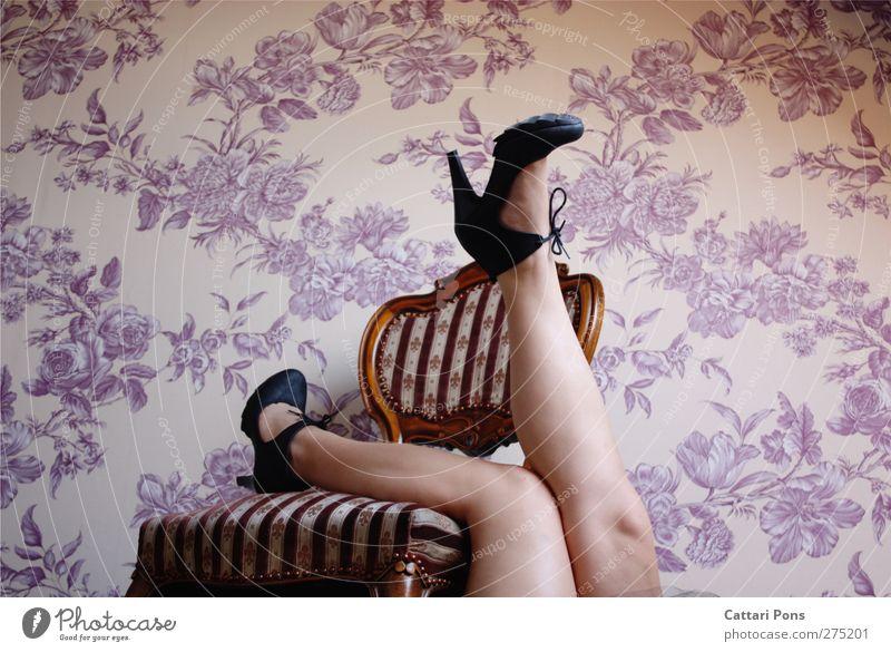 relaxing in her flowerbed Stil Körper Wohnung einrichten Stuhl Raum Damenschuhe Erholung liegen machen elegant hell schön einzigartig Erotik feminin Muster