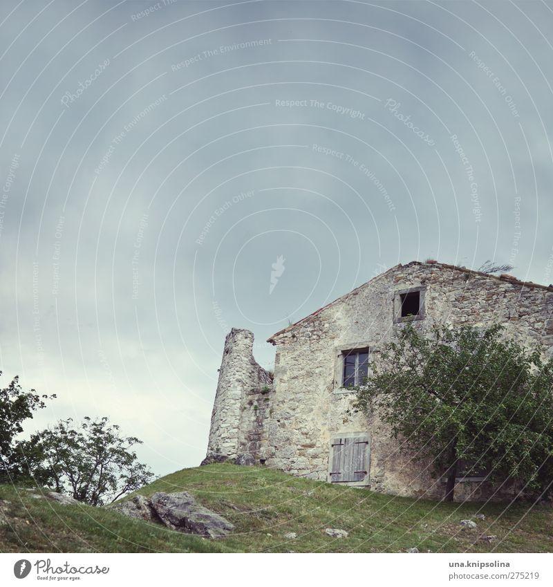 hum alt Ferien & Urlaub & Reisen Stadt Baum Wolken Haus dunkel Gebäude Tourismus Wandel & Veränderung bedrohlich Hügel Vergangenheit Verfall Kroatien mystisch