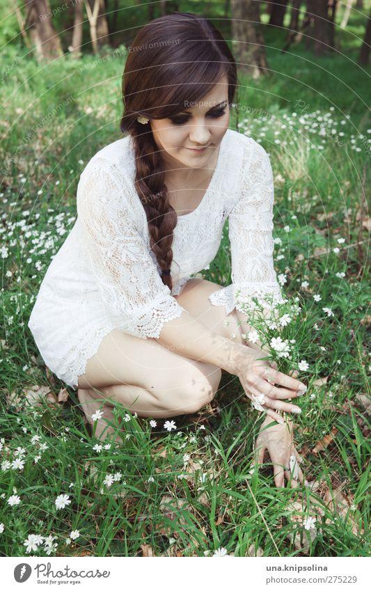 verdoyant et blanc. Mensch Frau Jugendliche weiß grün schön Pflanze Blume Erwachsene Wald Wiese feminin Gras Junge Frau Blüte Mode