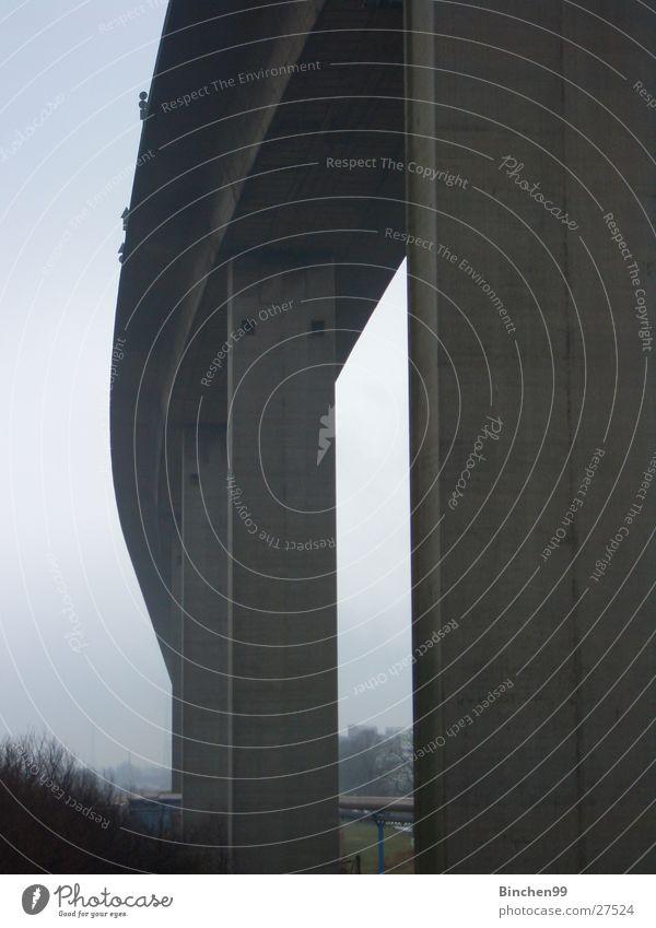 Siehst du die Schilder? Himmel Wasserfahrzeug Beton Hamburg hoch Brücke Hafen Elbe Straßennamenschild gewaltig Köhlbrandbrücke