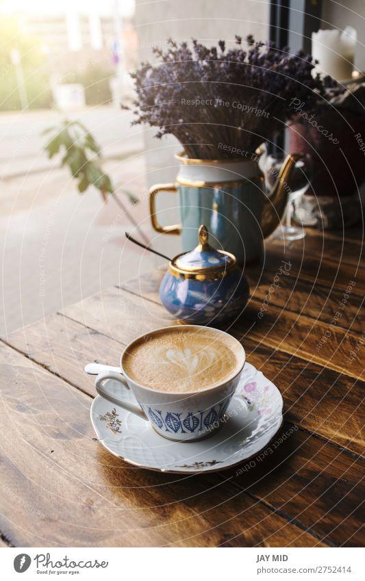 Cappuccino-Kaffee in alter Porzellantasse auf dem Holztisch. Frühstück Getränk Espresso kaufen Tisch Restaurant Blume frisch heiß braun Farbe Tasse Vintage-Stil
