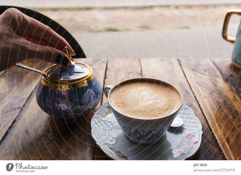 Cappuccino-Kaffee in klassischer Porzellantasse auf dem Holztisch Lebensmittel Frühstück Getränk Milch Latte Macchiato Espresso Tasse Becher Löffel Lifestyle