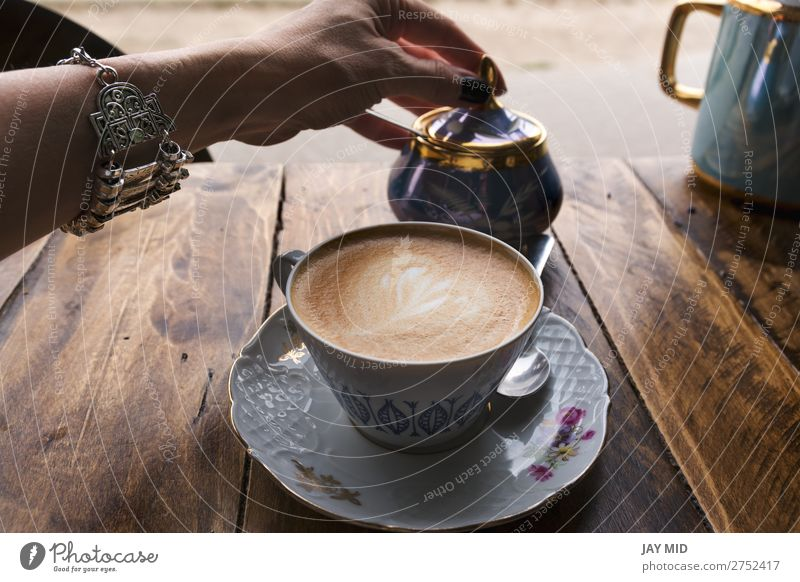 Cappuccino-Kaffee in klassischer Porzellantasse Lebensmittel Frühstück Getränk trinken Heißgetränk Latte Macchiato Espresso Becher Lifestyle kaufen Erholung